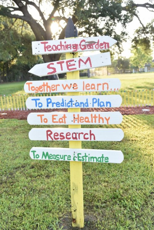 Sign in the healthy teaching garden (Orlando Health).